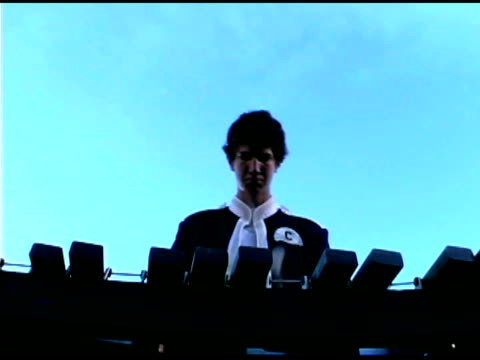 teenage boy playing xylophone in marching band - männlicher teenager allein stock-videos und b-roll-filmmaterial