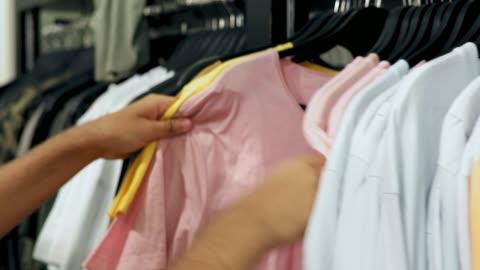 vídeos y material grabado en eventos de stock de niño adolescente ropa de compras en las vacaciones de verano - cosechar