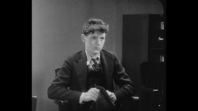 vidéos et rushes de 1932 a teenage boy speaks with a judge - juge
