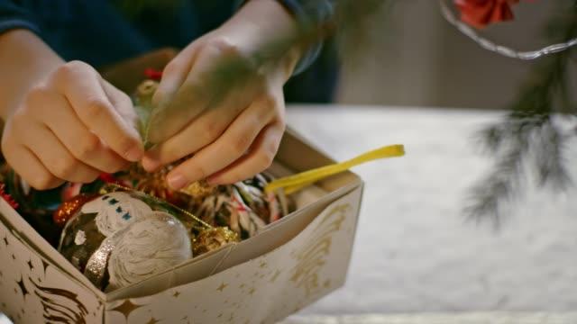 teenager junge entwresst weihnachtsbaum. close up on hands - verstecken stock-videos und b-roll-filmmaterial