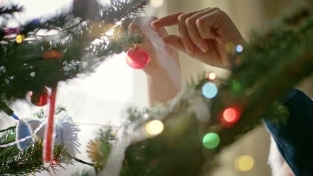teenager zieht weihnachtsbaum aus - dekoration stock-videos und b-roll-filmmaterial