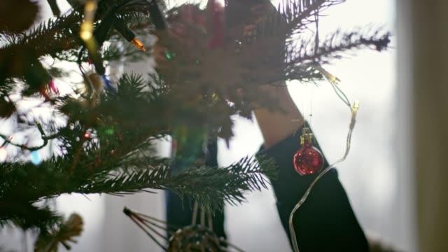 teenager zieht weihnachtsbaum aus - entfernen stock-videos und b-roll-filmmaterial