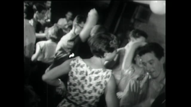 teenage boys and girls rock and roll dancing; 1955 - klassischer rock and roll stock-videos und b-roll-filmmaterial