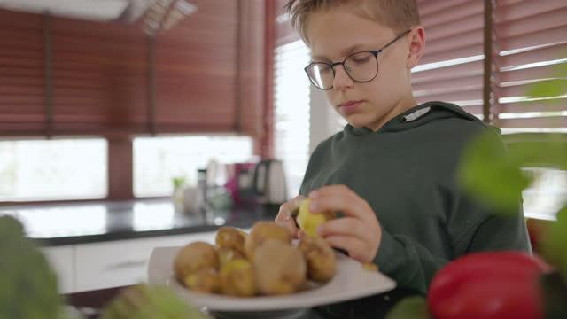 stockvideo's en b-roll-footage met de tienerjongens helpen om lunch voor te bereiden - schil