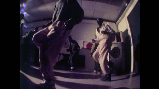 vídeos de stock e filmes b-roll de teenage boys dance to rap and hip hop music; 1989 - cultura hip hop