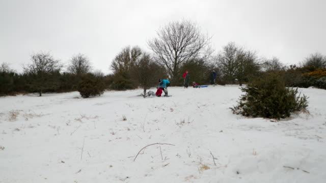 vídeos y material grabado en eventos de stock de los adolescentes varones fastidiando en bodyboard - abrigo de invierno