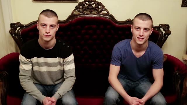 vídeos de stock e filmes b-roll de teenage boys twins,portrait - repetição conceito