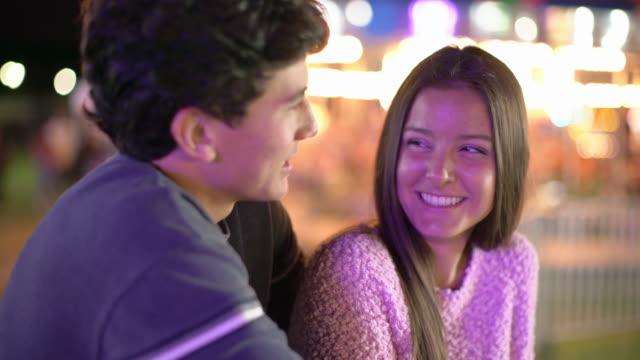 vidéos et rushes de cu teenage couple at a carnival at night - petite amie