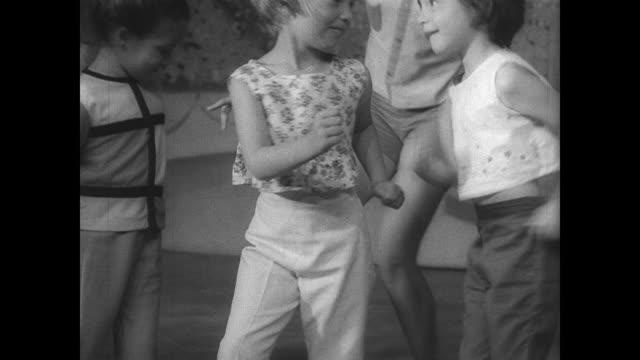 teenage elephant bertha performs the twist in sparks, nevada / children dance next to elephant / happy kids dance with elephant. - sparks点の映像素材/bロール