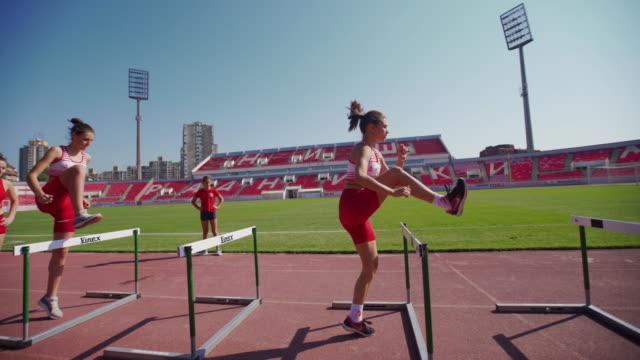 十代の女性アスリートがトレーニングに苦労 - スポーツ熱点の映像素材/bロール