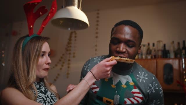 teenager freunden essen pizza christmas party - schnellimbiss stock-videos und b-roll-filmmaterial