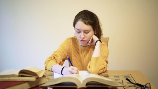 stockvideo's en b-roll-footage met tienermeisje, 15 jaar oud, huiswerk - 14 15 years