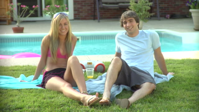 vídeos y material grabado en eventos de stock de ms, teenage girl and boy (16-17) relaxing beside pool, portrait, middlesex, new jersey, usa - 16 17 años