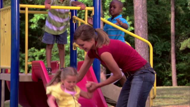 teenage girl and children at a playground - この撮影のクリップをもっと見る 1278点の映像素材/bロール