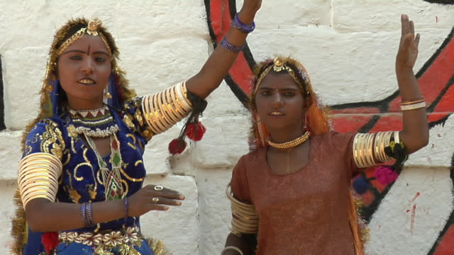 cu, teenage girl and young woman wearing traditional clothing dancing at jaisalmer fort, jaisalmer, rajasthan, india - traditioneller tanz stock-videos und b-roll-filmmaterial