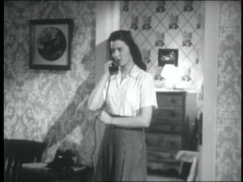 vídeos y material grabado en eventos de stock de b/w 1947 teenage girl answering telephone + smiling - sólo una adolescente