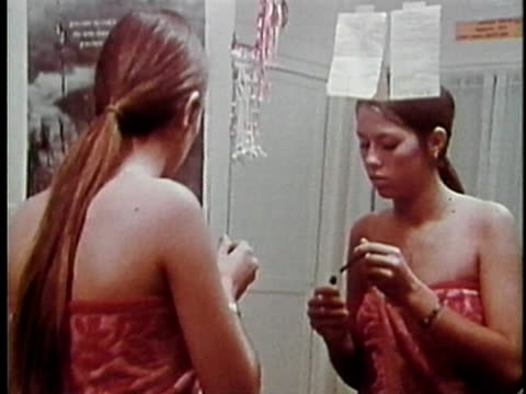 vidéos et rushes de 1973 montage teenage girl applying make-up, picking out clothes and leaving on date, los angeles, california, usa / audio - mascara