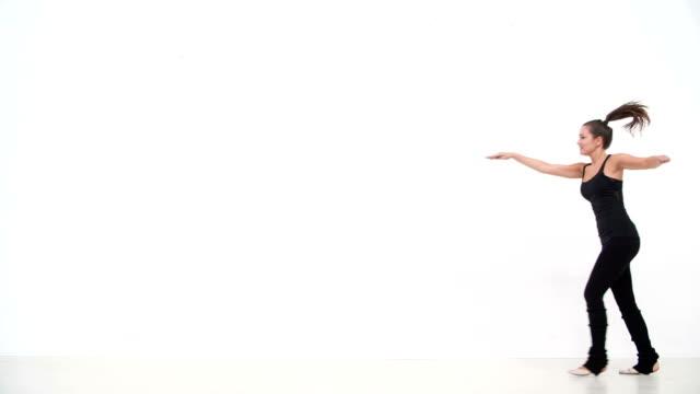 stockvideo's en b-roll-footage met hd: teenage girl at dance class - dance studio