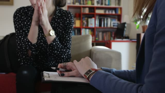 vidéos et rushes de adolescente à la psychothérapie - psychiatrie