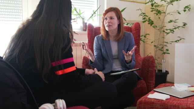 vídeos de stock, filmes e b-roll de adolescente em psicoterapia - profissional de saúde mental