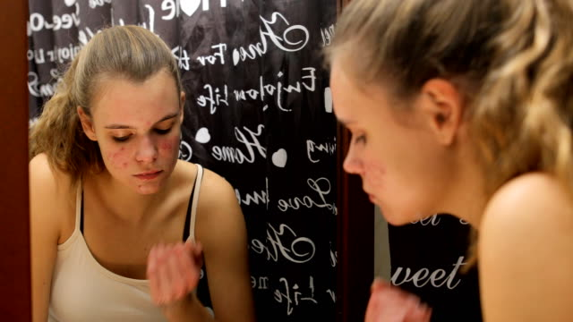 十代の女の子が浴室で石鹸で彼女の顔を掃除 - 下着点の映像素材/bロール