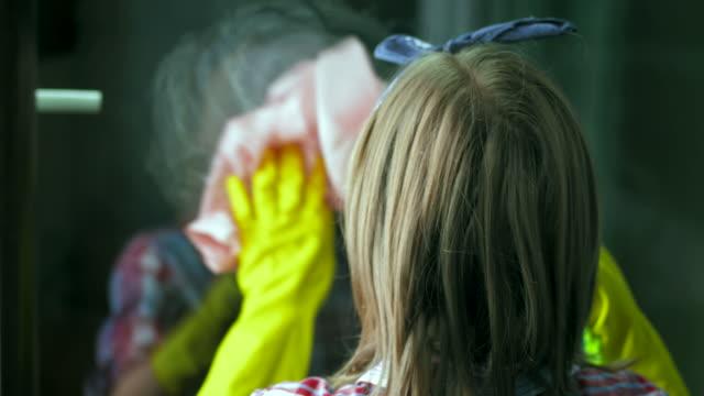 stockvideo's en b-roll-footage met hd: teenage girl cleaning the window - alleen één tienermeisje