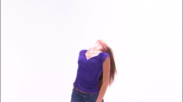 stockvideo's en b-roll-footage met ms teenage girl (16-17) dancing, against white background / orem, utah, usa - alleen één tienermeisje