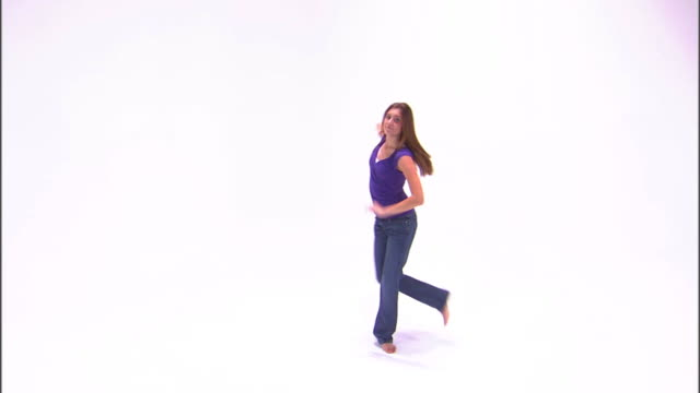 stockvideo's en b-roll-footage met ws teenage girl (16-17) dancing, against white background / orem, utah, usa - alleen één tienermeisje