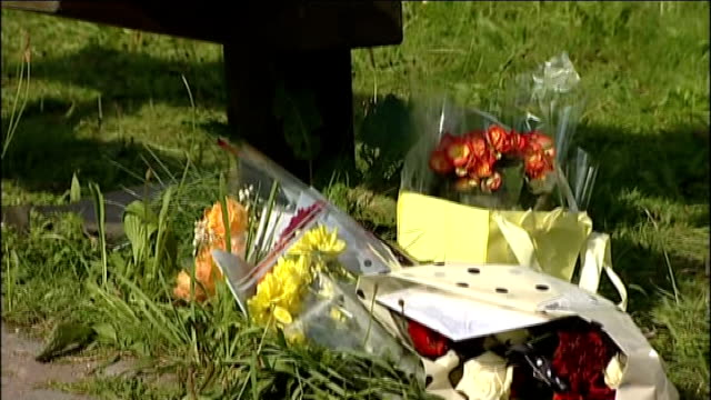 teenage girl dies following suspected drugs overdose england greater manchester stockport reddish ext variuos of flowers and messages laid alongside... - stockport bildbanksvideor och videomaterial från bakom kulisserna