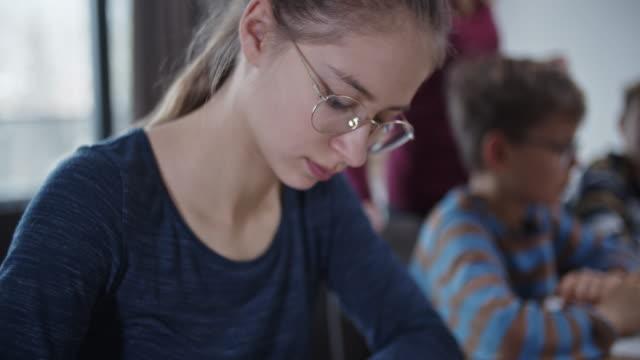 stockvideo's en b-roll-footage met tiener die thuis thuis huiswerk doet - 14 15 jaar