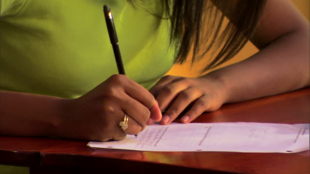 teenage girl doing homework - andere clips dieser aufnahmen anzeigen 1282 stock-videos und b-roll-filmmaterial