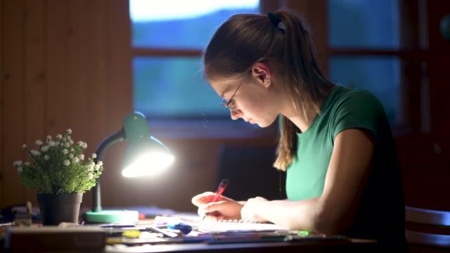 vídeos de stock, filmes e b-roll de adolescente desenhando em casa - electric lamp