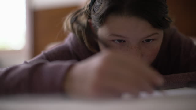 cu teenage girl drawing - weiblicher teenager allein stock-videos und b-roll-filmmaterial
