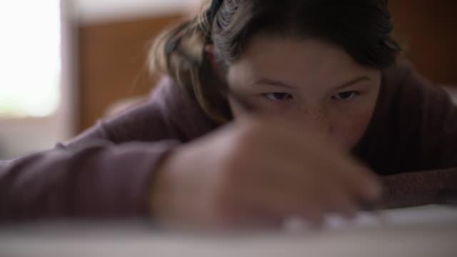 stockvideo's en b-roll-footage met cu teenage girl drawing - alleen één tienermeisje