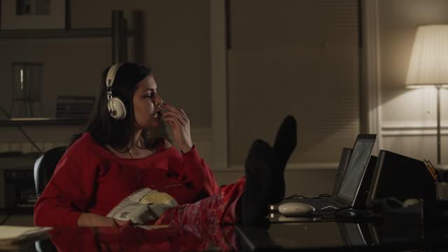 vídeos y material grabado en eventos de stock de ms pan teenage girl (16-17) eating crisps and watching laptop / orem, utah, usa - orem