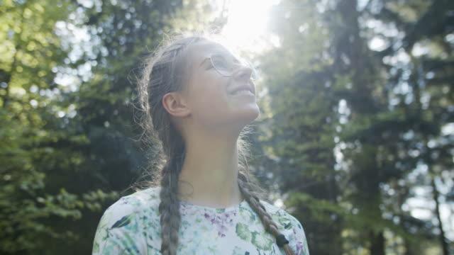 teenager-mädchen genießen die natur - kopfbild stock-videos und b-roll-filmmaterial