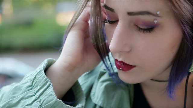 ragazza adolescente gode in musica - piercing video stock e b–roll