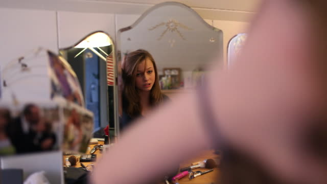 vídeos de stock e filmes b-roll de teenage girl getting ready, reflected in mirror - só meninas adolescentes