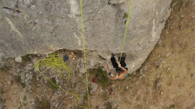 stockvideo's en b-roll-footage met tiener die van de rots na het vrije beklimmen naar beneden gaat - free climbing