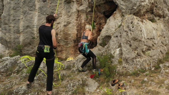 teenage girl going down from the rock after free climbing - free climbing stock videos & royalty-free footage