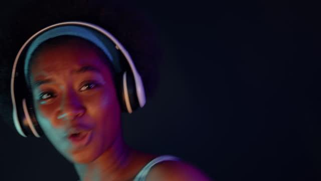 vídeos de stock, filmes e b-roll de adolescente se divertindo com dança louca - dance music