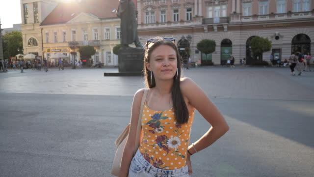 stockvideo's en b-roll-footage met tiener meisje in de zomer poseren - alleen één tienermeisje