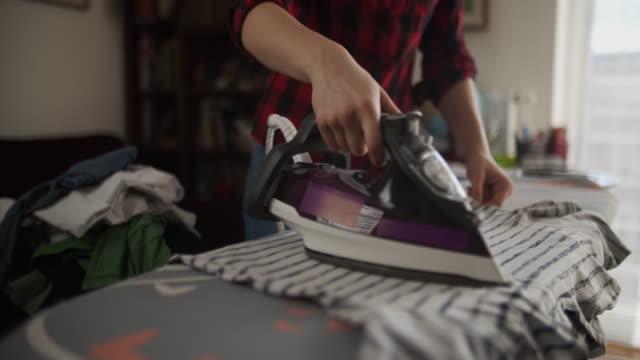 自宅で服をアイロン10代の少女 - アイロン点の映像素材/bロール