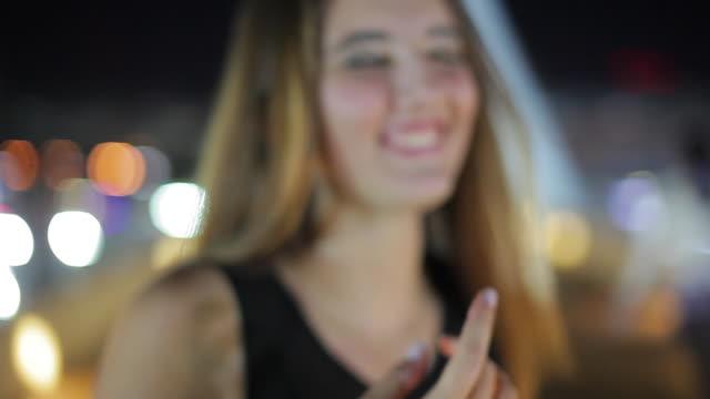 teenage girl laughing outdoors at night portrait - weiblicher teenager allein stock-videos und b-roll-filmmaterial