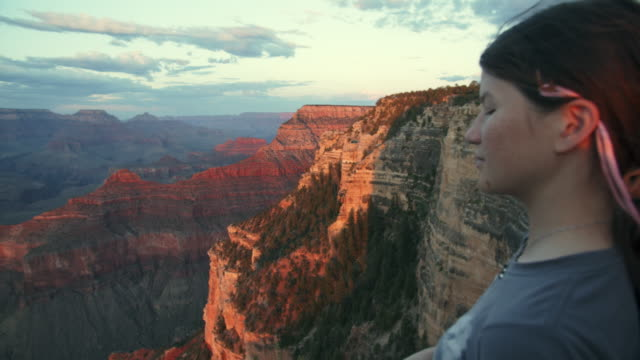 vídeos de stock, filmes e b-roll de ws pan teenage girl looking at the grand canyon national park south rim - na beira