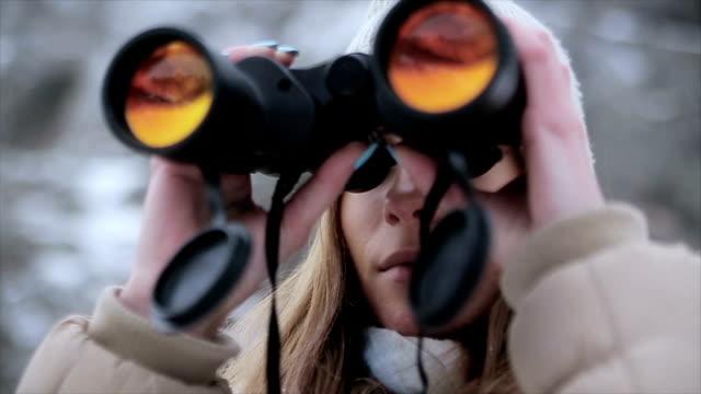 Tienermeisje op zoek door middel van verrekijkers in de winter ambient, close-up