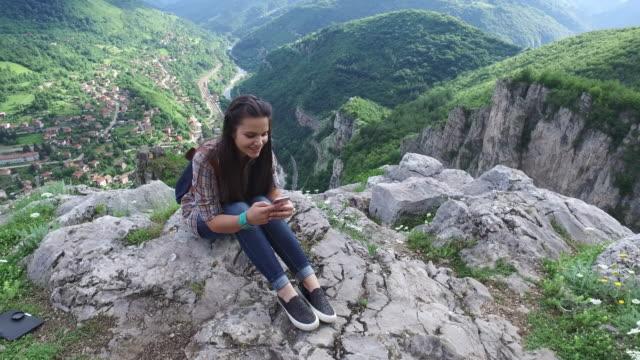 Teenager-Mädchen auf des Berges Höhn