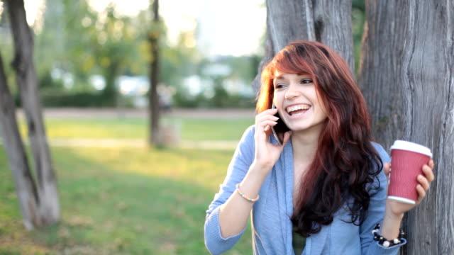10 代の少女の電話 - 電話を切る点の映像素材/bロール