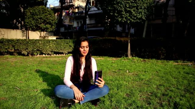 vídeos de stock e filmes b-roll de teenage girl on video conference call - só uma menina adolescente