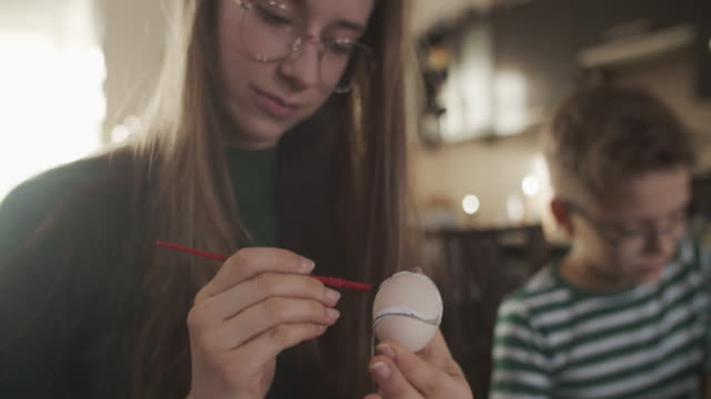 teenager-mädchen malerei ostereier - happy easter stock-videos und b-roll-filmmaterial